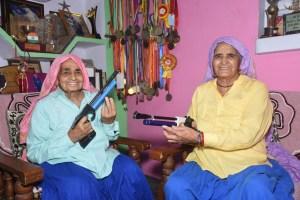 शूटर दादी के नाम से मशहूर चंद्रो (बाएं) और प्रकाशी तोमर. (फोटो: द वायर)