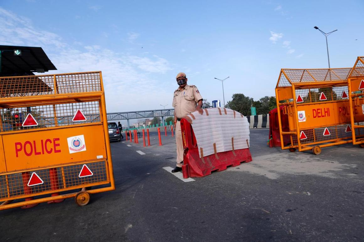 A police officer stands at New Delhi's border barricade during lockdown by the authorities to limit the spreading of coronavirus disease (COVID-19), in New Delhi, India March 23, 2020. REUTERS/Adnan Abidi/File Photo
