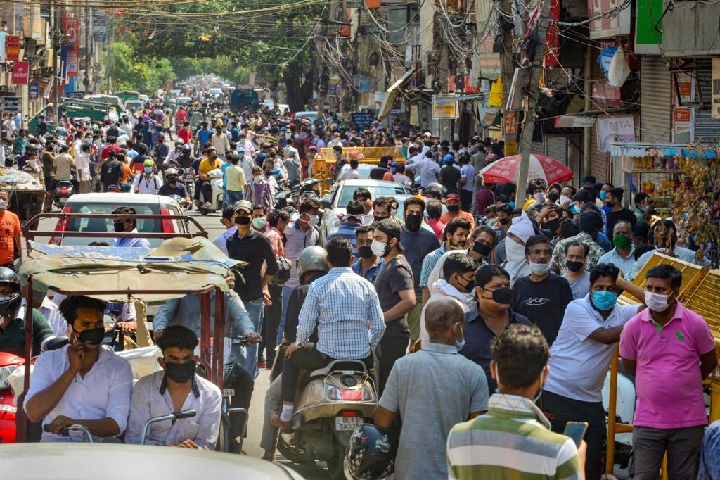 मंगलवार को लॉकडाउन के बीच शराब खरीदने के लिए पूर्वी दिल्ली के विश्वास नगर इलाके में उमड़ी भीड़. (फोटो: पीटीआई)