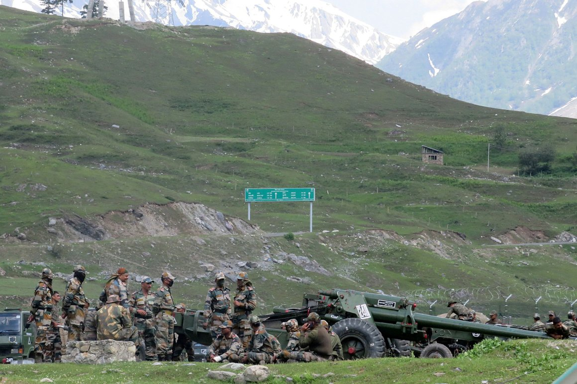 Indian army soldiers rest next to artillery guns at a makeshift transit camp before heading to Ladakh, near Baltal, southeast of Srinagar (REUTERS/Stringer)