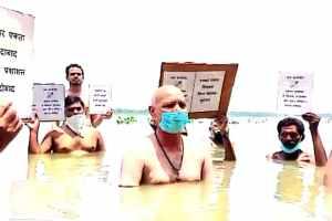 फतेहपुर में जल सत्याग्रह करते पत्रकार. (फोटो साभार: ट्विटर)