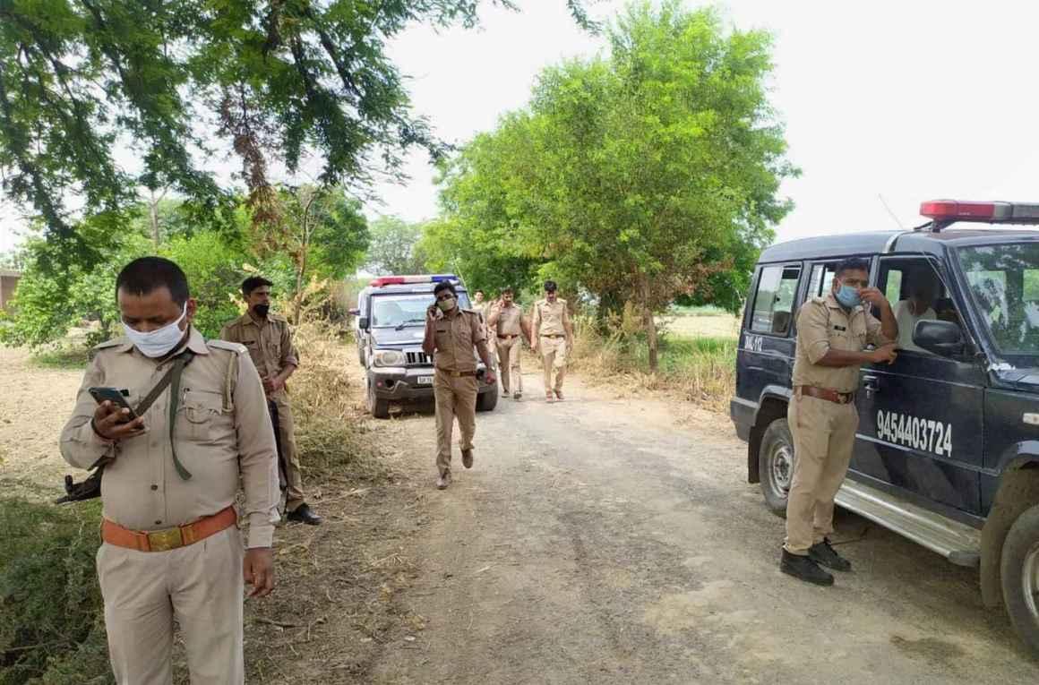 कानपुर के दिकरू गांव में पुलिसकर्मियों पर हिस्ट्रीशीटर विकास दुबे के हमले के बाद वहां जांच के लिए पहुंचे पुलिसकर्मी. (फोटो: पीटीआई)