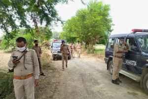 कानपुर के बिकरू गांव में पुलिसकर्मियों पर हिस्ट्रीशीटर विकास दुबे के हमले के बाद वहां जांच के लिए पहुंचे पुलिसकर्मी. (फोटो: पीटीआई)