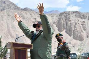 लद्दाख में प्रधानमंत्री नरेंद्र मोदी. (फोटो साभार: narendramodi.in)