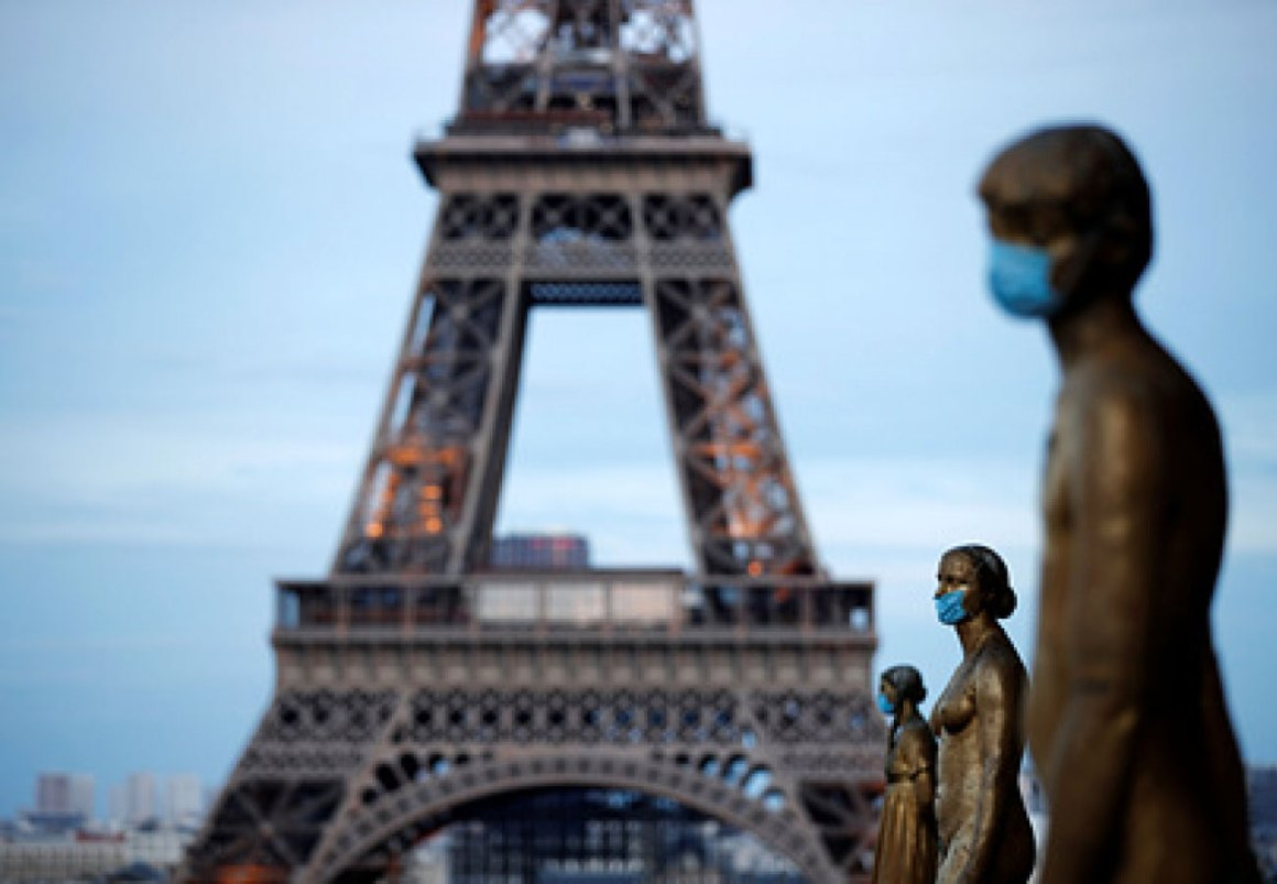 Golden Statues at the Trocadero square near the Eiffel tower wear protective masks during the outbreak of the coronavirus disease (COVID-19) in Paris, France, May 2, 2020. REUTERS/Benoit Tessier/File Photo