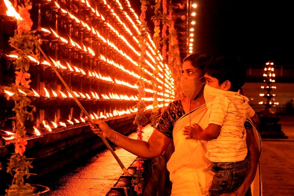 Thrippunithura: People light earthen lamp (Diyas) on the occasion of 'Diwali', in Thrippunithura, Saturday, Nov. 14, 2020. (PTI Photo)(PTI14-11-2020_000097B)