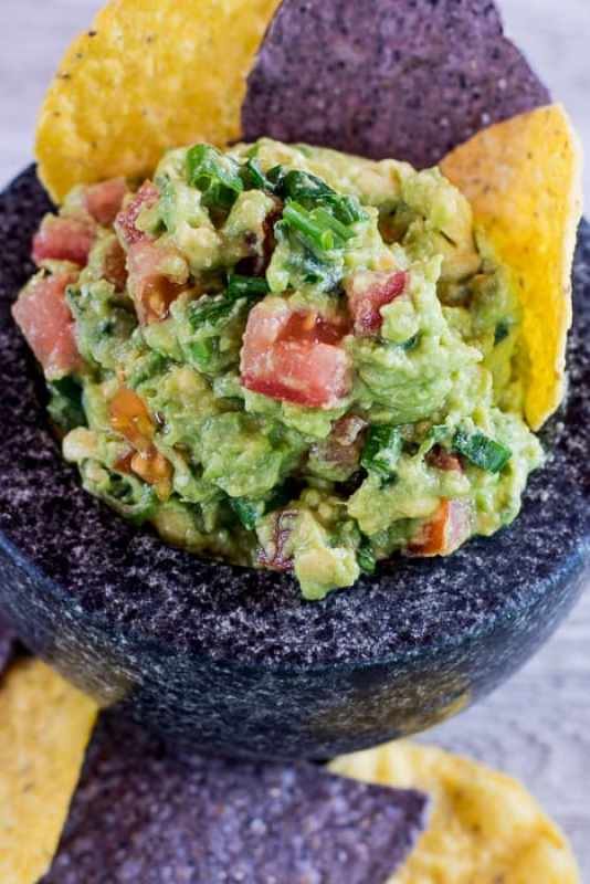 Picture of guacamole in bowl with chips