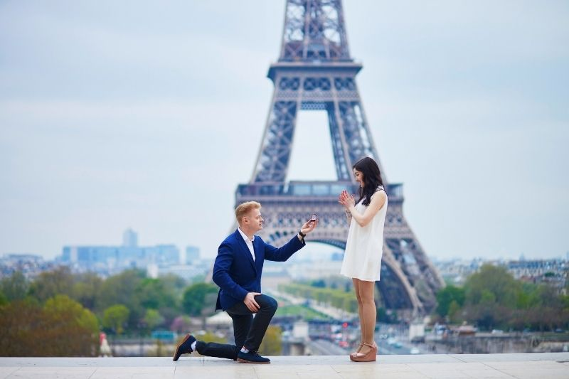 Man proposing to his girlfriend in paris