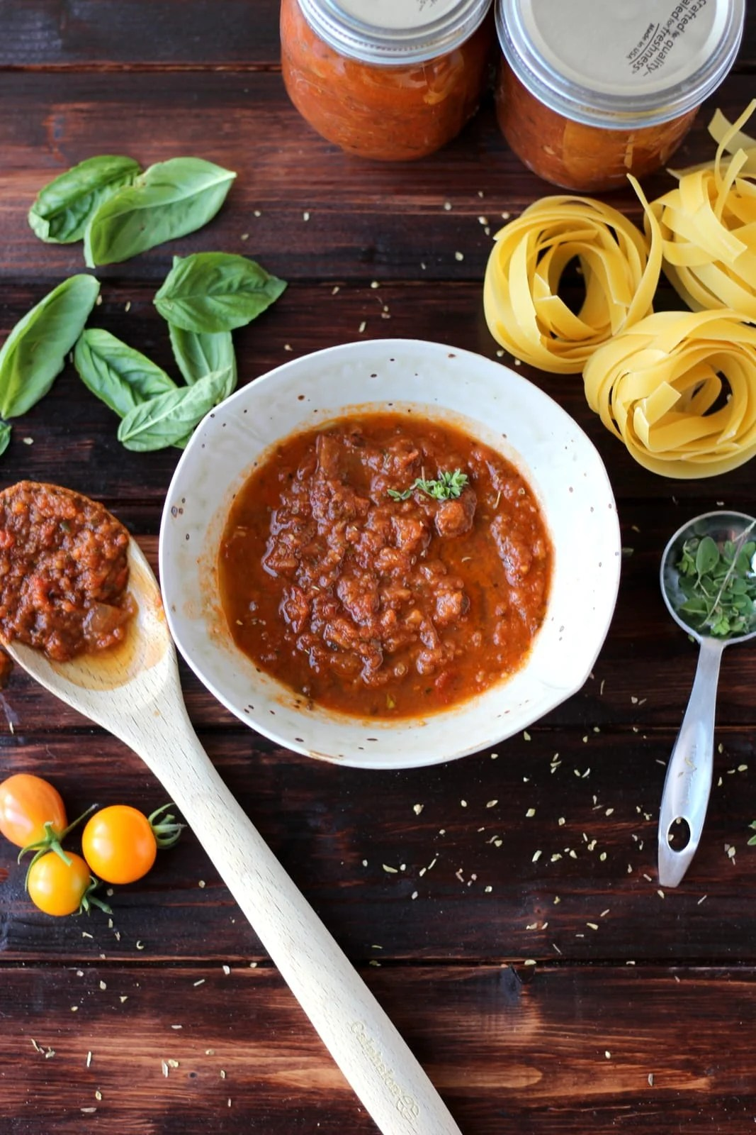 How to make homemade marinara (spaghetti sauce) - slow roasted with heirloom tomatoes and garlic - thewoodenskillet.com #pasta #fresh #garden