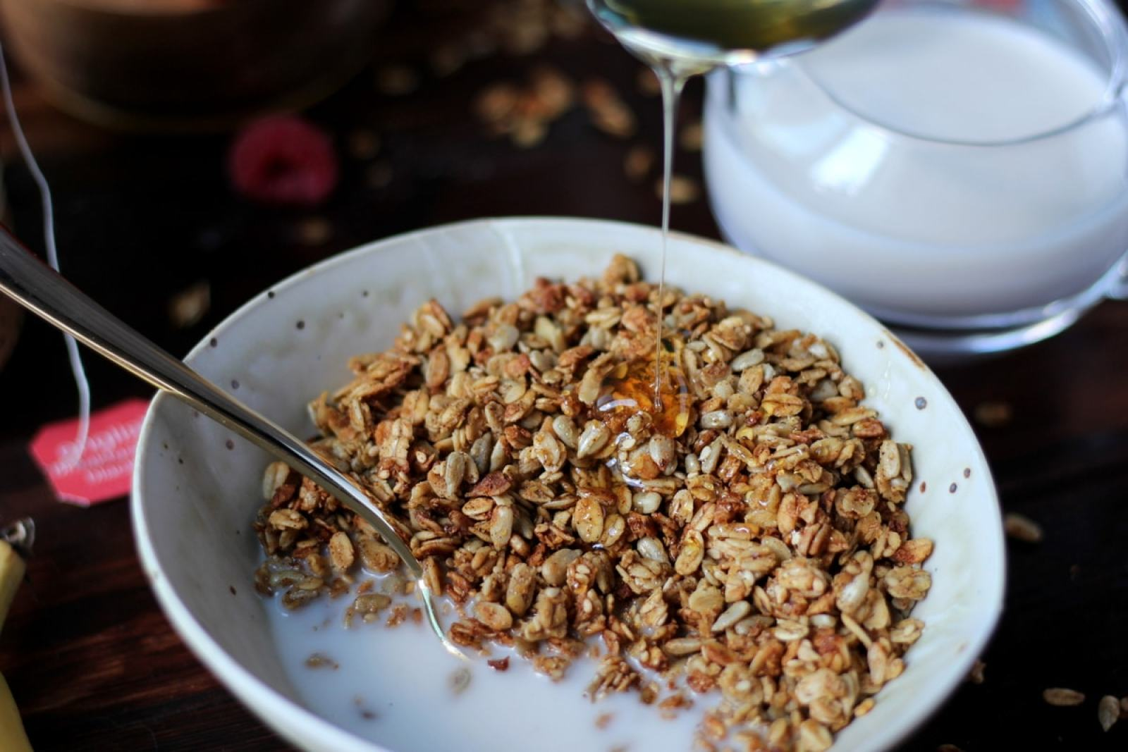 Homemade Flax Granola with Milk + Honey - thewoodenskillet.com #breakfast #howtomakegranola