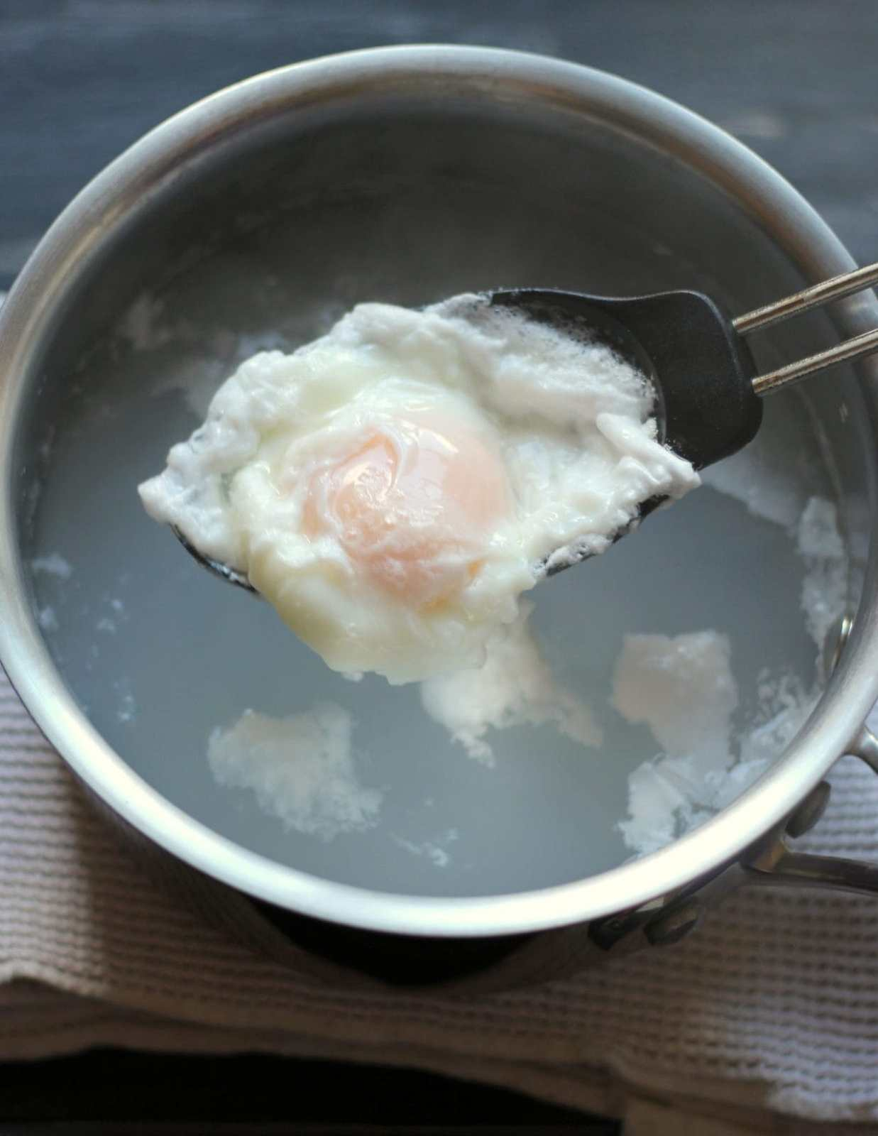 How to Poach an Egg - thewoodenskillet.com