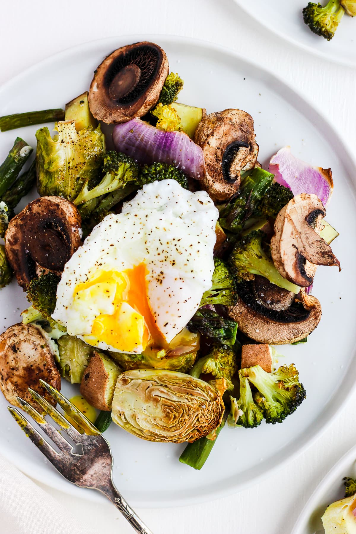 Weeknight Roasted Veggies with Poached Egg - the perfect go-to meal for those busy weeknights! #healthyeating #whole30 #paleo