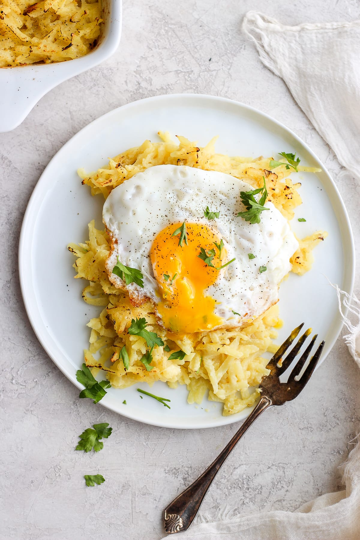 Dairy Free Cheesy Hashbrown Bake - a dreamy dairy free cheesy hash brown bake that is dairy-free and whole30! Perfect for Sunday morning brunch! #dairyfree #whole30 #cheesyhashbrowns #cheesyhasbrownbake #dairyfreerecies #healthybreakfast #breakfastrecipes