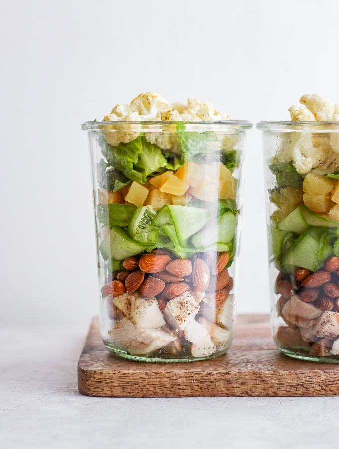 Paleo Roasted Cauliflower Mason Jar Salad - liven up your work-lunch game and meal prep these yummy roasted cauliflower, grilled chicken and yellow honey beet mason jar salads! #paleo #paleorecipes #worklunchideas #beets #springsalads #masonjarsalads #masonjarsalad