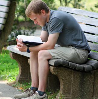 man_reading_book_bench325px