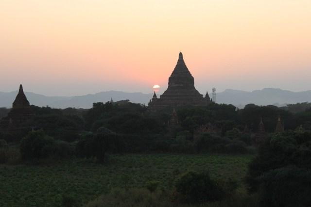 Sunset over the Bagan pagodas at Law Ka Ou Shaung
