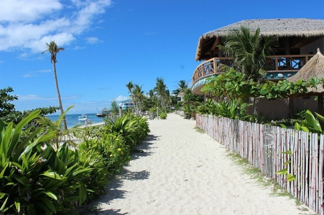 sandy-pathways-on malapascua island