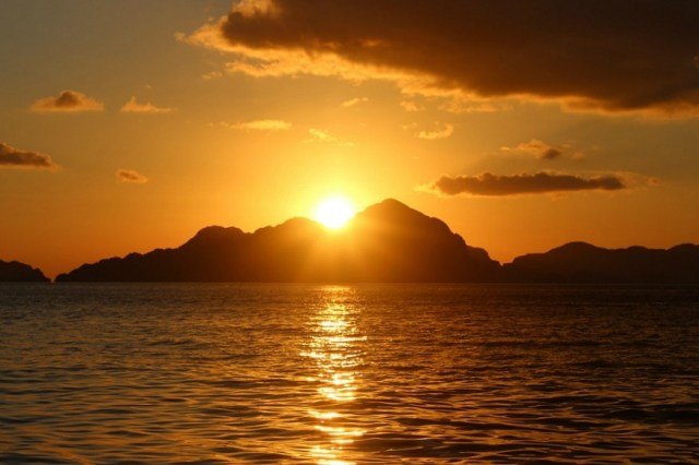 Beach sunset in El Nido, Palawan - Avatar's Pandora come to life in the Philippines