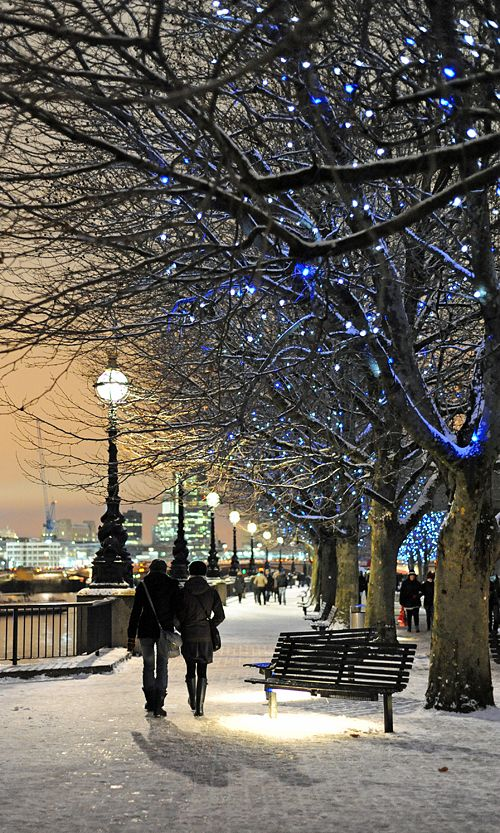 A walk along by the River Thames in the snow