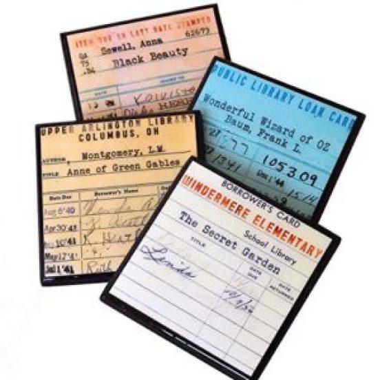 Klasik kütüphane kitap kontrol kartlarına dayanan eğlenceli, renkli bardak altlıkları