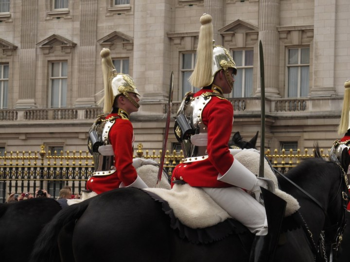 budget travel london changing of the guard
