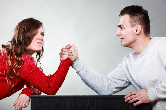 Couple arm wrestling © Voyagerix   stock.adobe.com