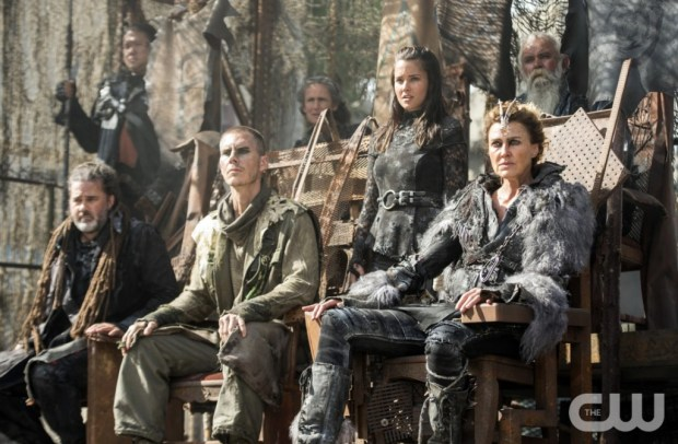 """The 100 -- """"Watch The Thrones"""" -- ImageHU304a_0225 -- Pictured (Center L-R): Rhiannon Fish as Ontari (Standing) and Brenda Strong as Nia -- Credit: Cate Cameron/The CW -- © 2016 The CW Network, LLC. All Rights Reserved"""