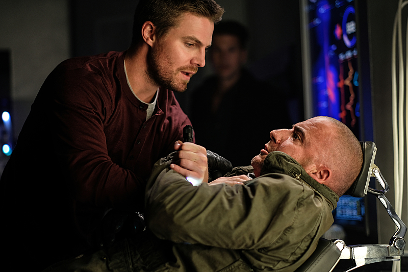 "DC's Legends of Tomorrow --""Out Of Time""-- Image LGN201b_0023.jpg Pictured (L-R): Stephen Amell as Oliver Queen and Dominic Purcell as Mick Rory/Heat Wave -- Photo: Robert Falconer/The CW -- © 2016 The CW Network, LLC. All Rights Reserved."