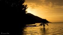 Vue quotidienne du soleil qui disparaît derrière le sommet sur Mansuar Island.