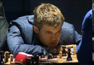 Carlsen calculando