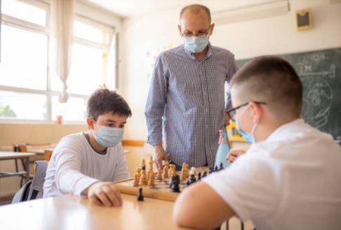 niños jugando al ajedrez zprendiendo