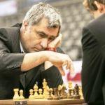 Ivanchuk jugando al ajedrez en el Campeonato del Mundo de Ajedrez de Rápidas