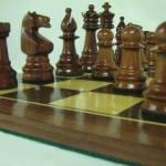 TAblero de ajedrez con piezas de madera en brillo
