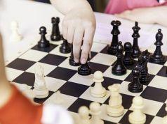 ajedrez deporte manos tablero piezas