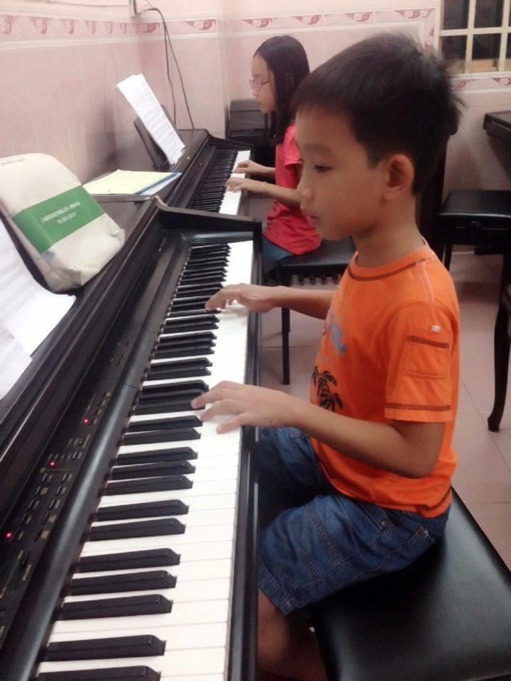Học viên Chí Khang đang luyện bài piano