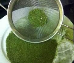 Sau đó dùng rây lọc (loại rây 2 lớp) để lọc bột cho mịn