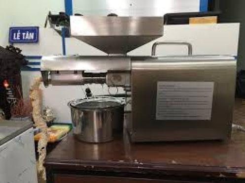 Lấy phần cùi dừa sau khi đã sấy khô cho vào máy ép để được tinh chất dầu dừa