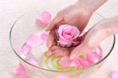 Cách làm tinh dầu hoa hồng rất đơn giản, nhưng khá mất thời gian và yêu cầu tính kiên nhẫn bạn nhé..!