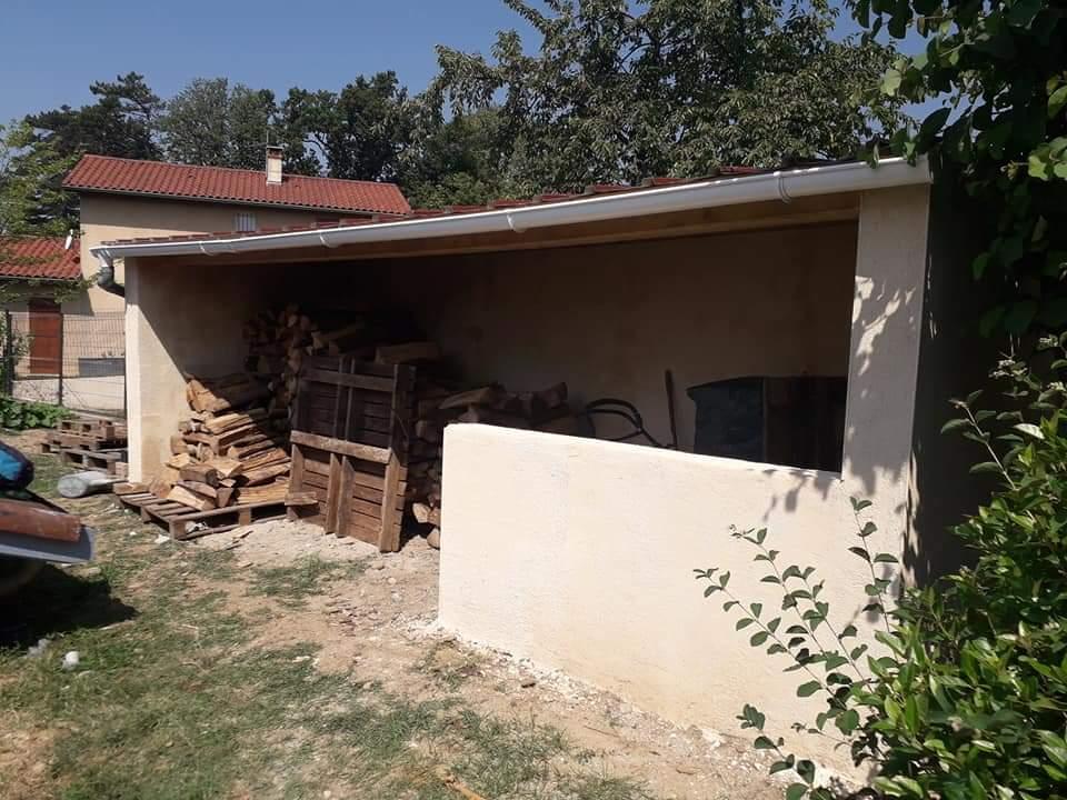 L'abris de jardin peut être utilisé pour le stockage du bois et autres matériels de jardinage