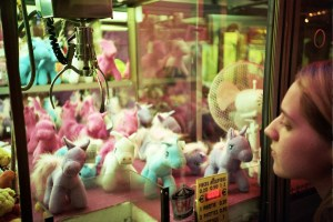 A_Claw_Crane_game_machine_containing_unicorn_plushes_in_Trouville,_France,_Sept_2011
