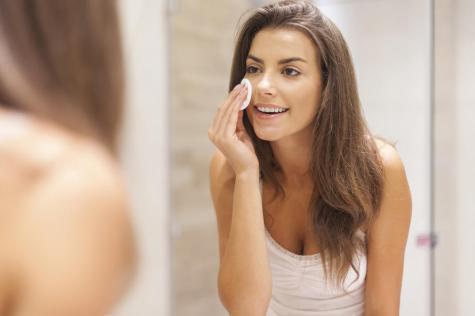 woman-applying-moisturizer_0