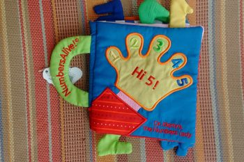 Baby counts to 5 with Hi 5