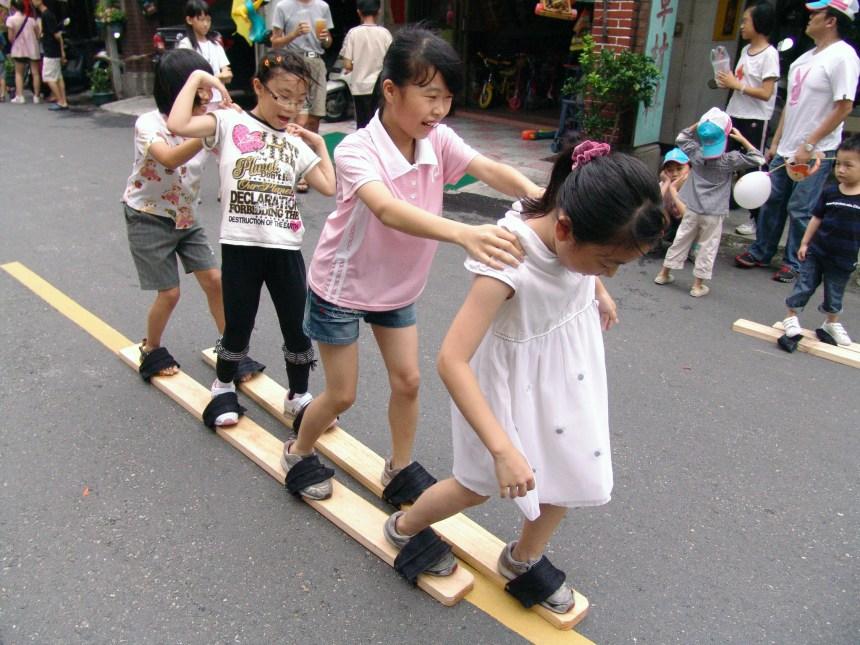 南屯木屐競走是戰後將走標儀式變更創新的民俗活動