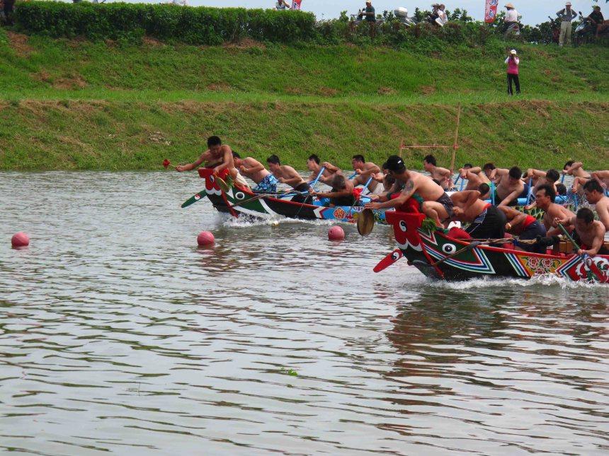 二龍競渡之龍船為台灣傳統形式。(邱彥貴攝影)