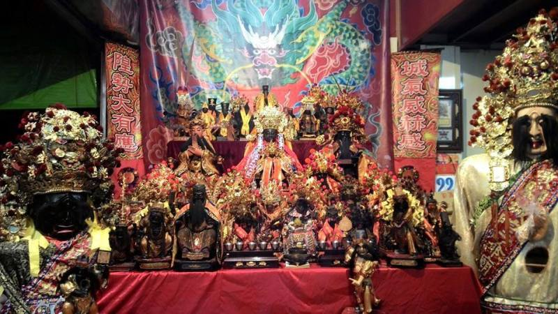 慶典會場中為豐原城隍爺、龍邊為新竹都城隍公爺、虎邊為松山霞海城隍爺。