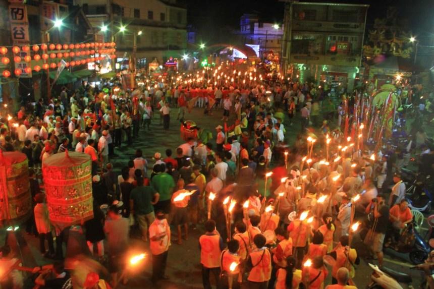 在夜巡中僅是照明用的火把,現在則成為過溝夜巡的象徵。