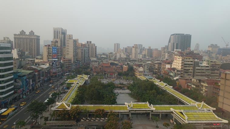 原龍山寺前之龍山商場被艋舺公園取代後,露店也因此消失(江怡葳攝)
