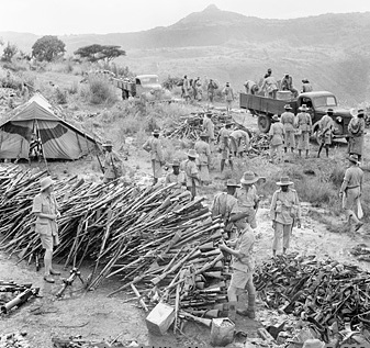KAR_soldiers_collecting_arms_at_Wolchefit_Pass