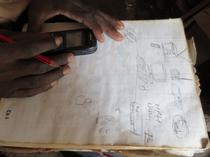 First sketches of the MediaMap-kit by a Nairobi handicraft carver (© Michael Waltinger)