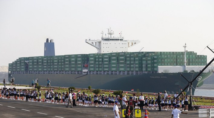 A cargo container ship crosses the new section of the Suez Canal after the opening ceremony of the new Suez Canal, in Ismailia, Egypt, August 6, 2015. Egypt staged a show of international support on Thursday as it inaugurated a major extension of the Suez Canal which President Abdel Fattah al-Sisi hopes will power an economic turnaround in the Arab world's most populous country. REUTERS/Amr Abdallah Dalsh